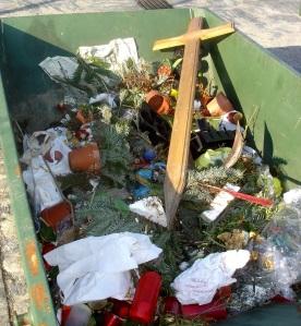 01-Kreuz im Müll-A.Meissner